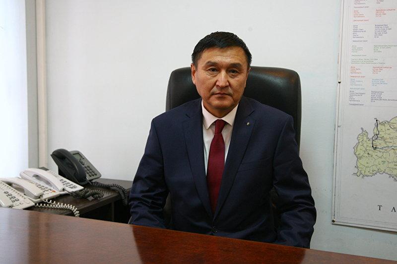 Заместитель министра транспорта и дорог Азимкан Жусубалиев в рабочем кабинете