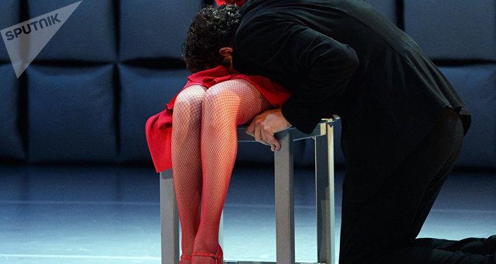 Мужчина у ног женщины. Архивное фото