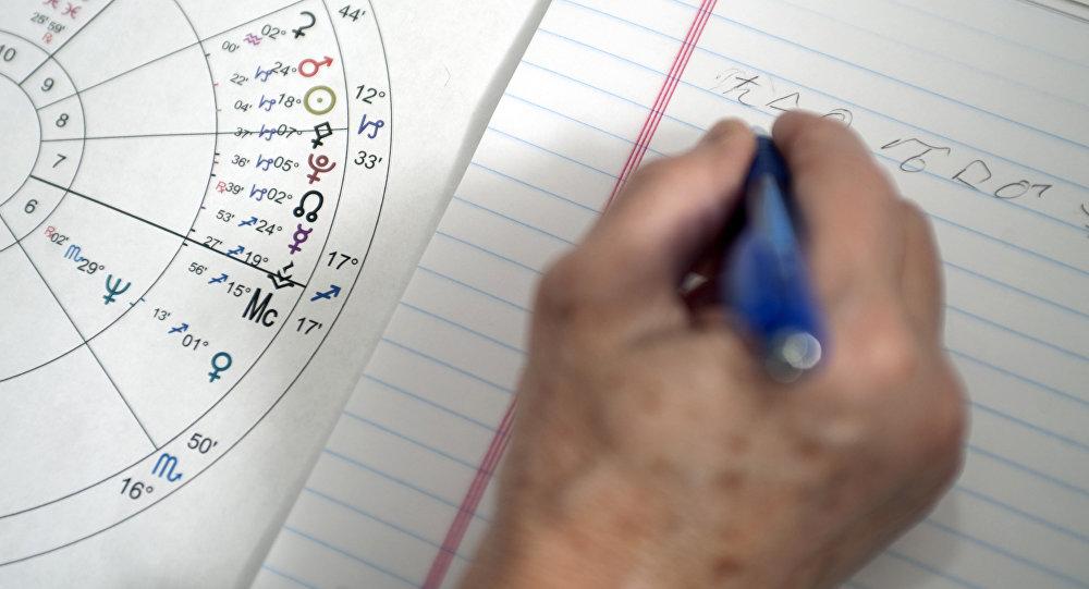Астролог работает над астрологической картой. Архивное фото