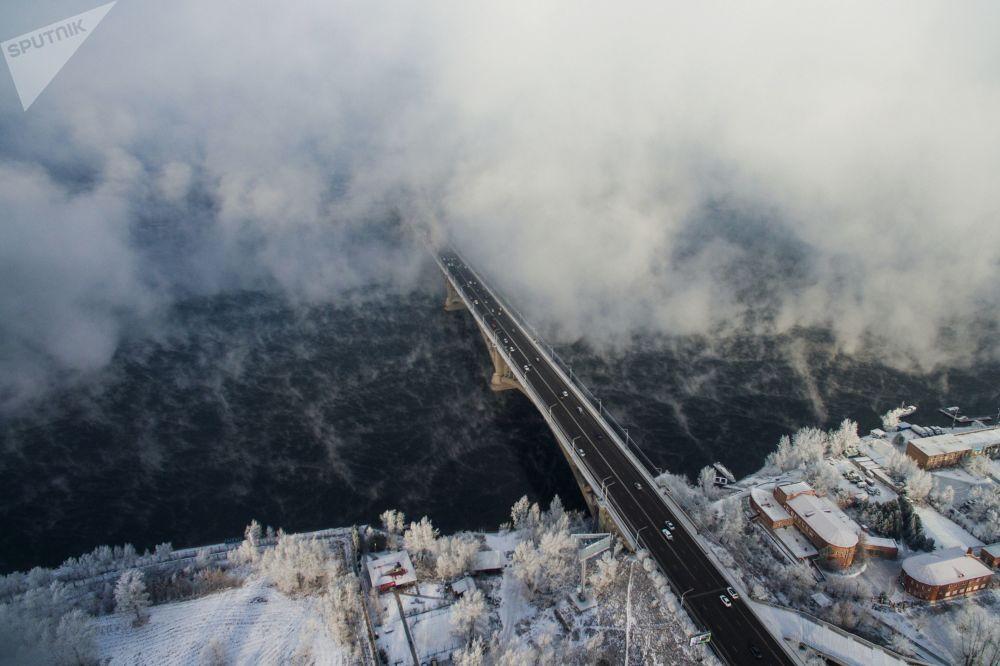 Автомобильный мост через реку Енисей в Красноярске