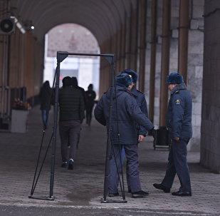 Сотрудники милиции на площади Ала-Тоо в Бишкеке. Архивное фото