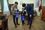 Бишкек шаарынын мэри Азиз Суракматов кызматтык милдетин аткарып жатып каза болгон милиционердин уулуна жаңы жылдык белек берди