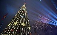 Салют во время новогоднего мероприятия на площади Ала-Тоо в Бишкеке.