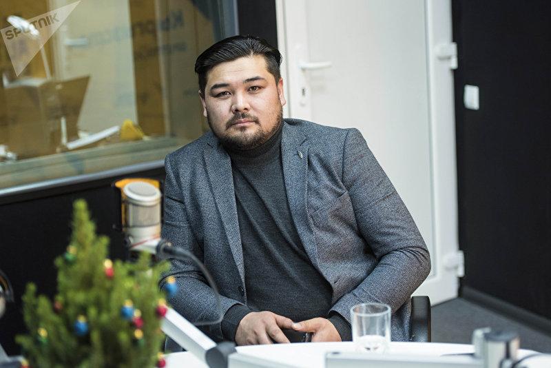 Актер работает в Кыргызском национальном академическом драматическом театре Эржан Осмонов во время беседы на радио Sputnik