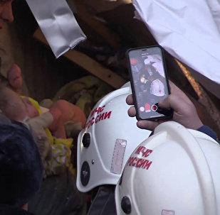 Сотрудники МЧС РФ извлекают из-под завалов жилого дома на проспекте Карла Маркса в Магнитогорске, в котором произошел взрыв бытового газа, живого одиннадцатимесячного ребенка. Стоп-кадр с видео, предоставленного МЧС РФ. Изображение является раздаточным материалом, предоставлено третьей стороной. Только редакционное использование. Запрет на архивирование, коммерческое использование, рекламную кампанию.