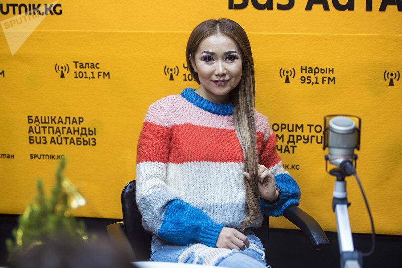 Телеведущая Саната Жумакадырова во время беседы на радио Sputnik Кыргызстан