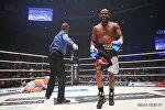 Боксерский бой между Флойд Мэйвезер-младшим и кикбоксером Тенсина Насукавой