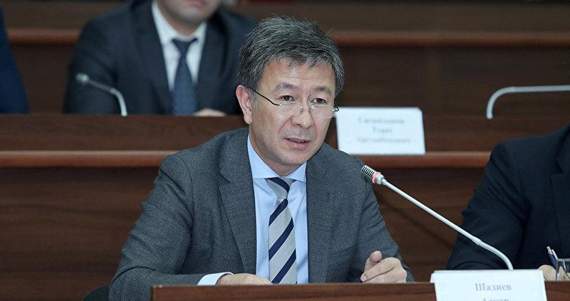 Депутат Аскарбек Шадиев на заседании Жогорку Кенеша