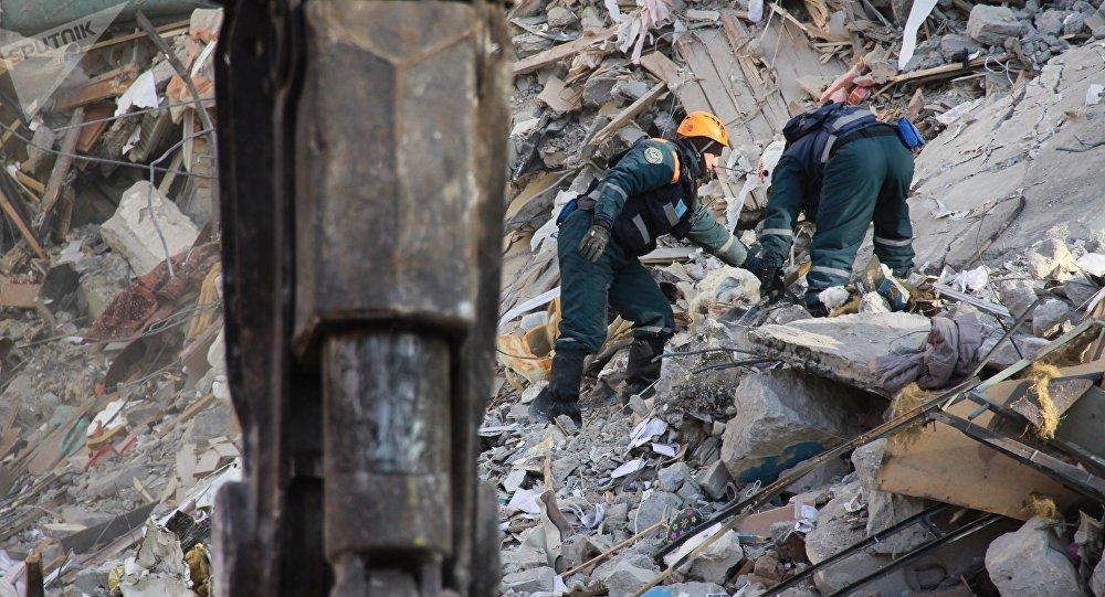 Сотрудники МЧС РФ на месте обрушения одного из подъездов жилого дома на проспекте Карла Маркса дом 164 в Магнитогорске, где произошел взрыв бытового газа.