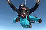 Женщина в 67 лет совершила 51-й прыжок с парашютом — видео