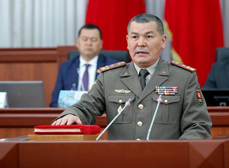 Глава Государственного комитета по делам безопасности Эрлис Тердикбаев во время присяги в ЖК