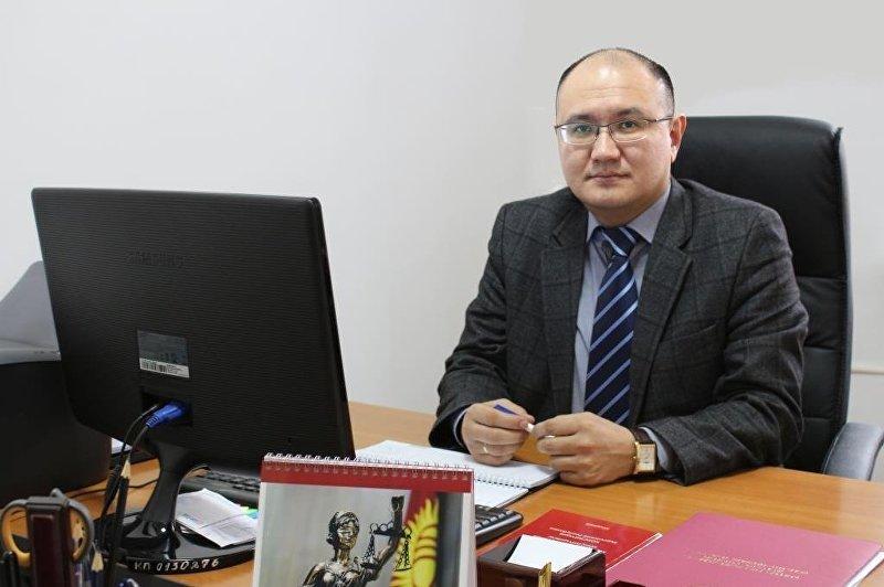 Руководитель аппарата конституционной палаты верховного суда Марат Джаманкулов в рабочем кабинете