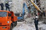 Сотрудники МЧС РФ во время разбора завалов на месте обрушения одного из подъездов жилого дома на проспекте Карла Маркса дом 164 в Магнитогорске, где после взрыва газа обрушилась часть жилого дома