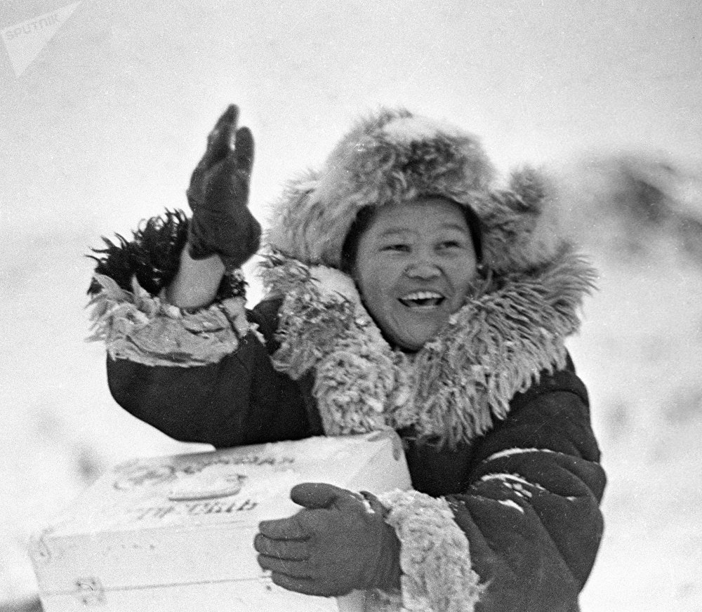 Ызгаар суукка карабай жылмайып өз ишин аткарып жаткан Нарын облусунун Кара-Кужур айылындагы акушер. Сүрөт 1973-жылы тартылган.