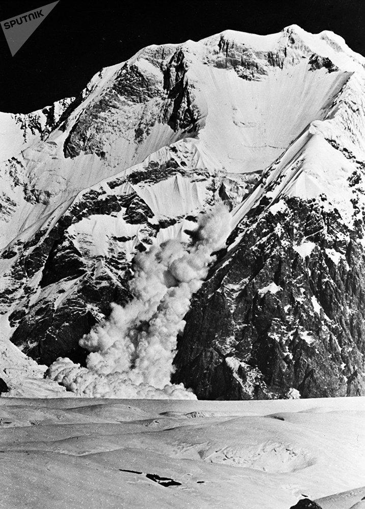 Снежный обвал в горах