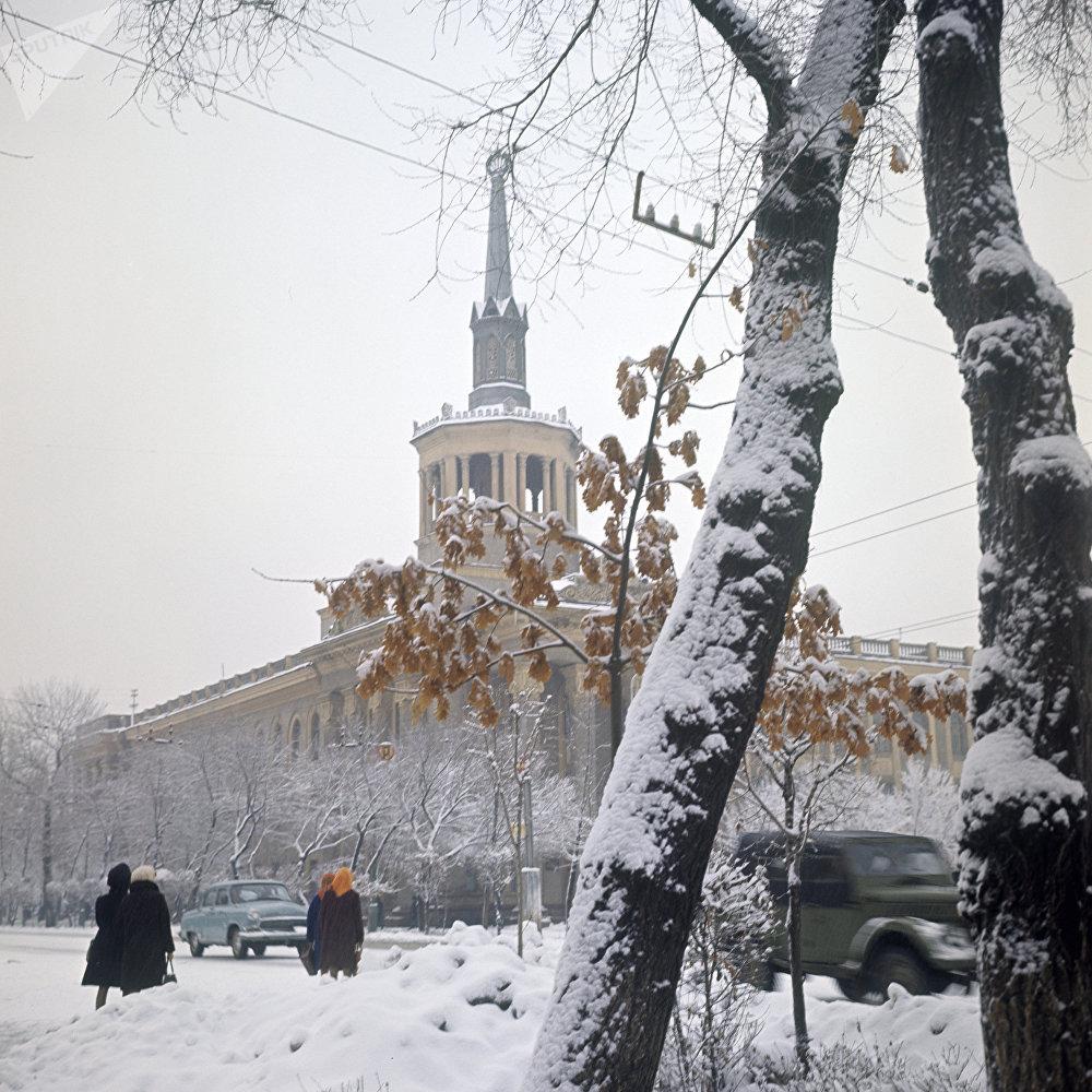 Азыркы Кыргызстан эл аралык университетинин жарым кылым мурдагы көрүнүшү. Имараттын ошондогу дизайны бүгүнкү күнгө чейин бузулган эмес.