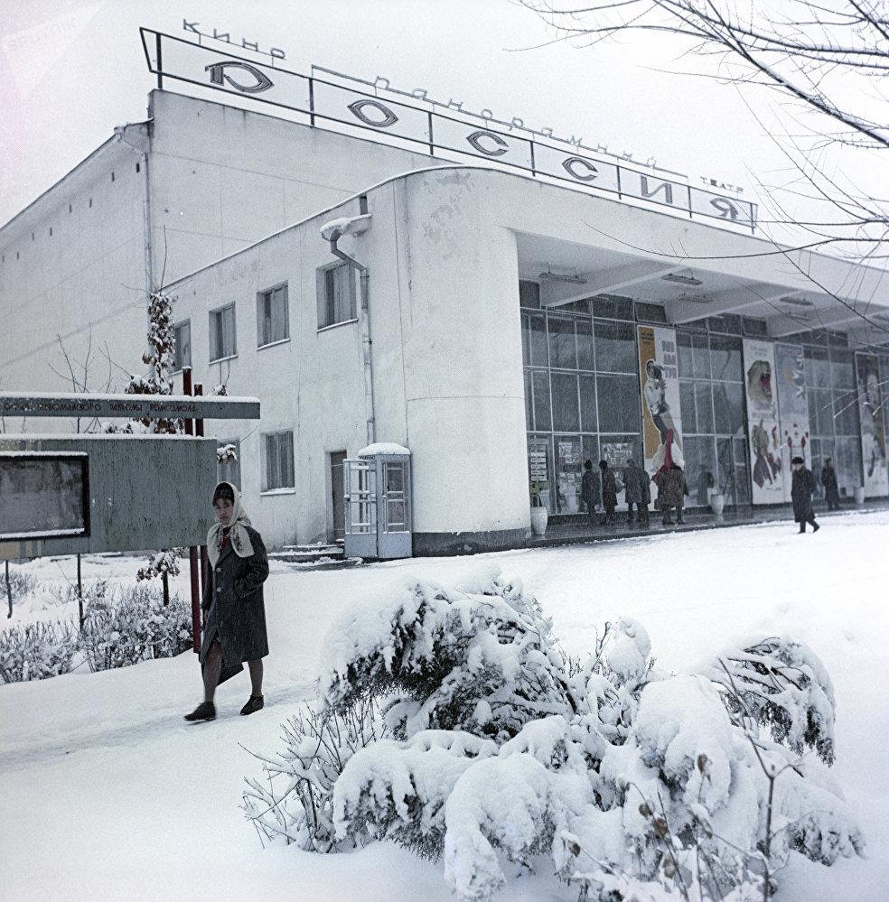 У кинотеатра Россия в городе Фрунзе