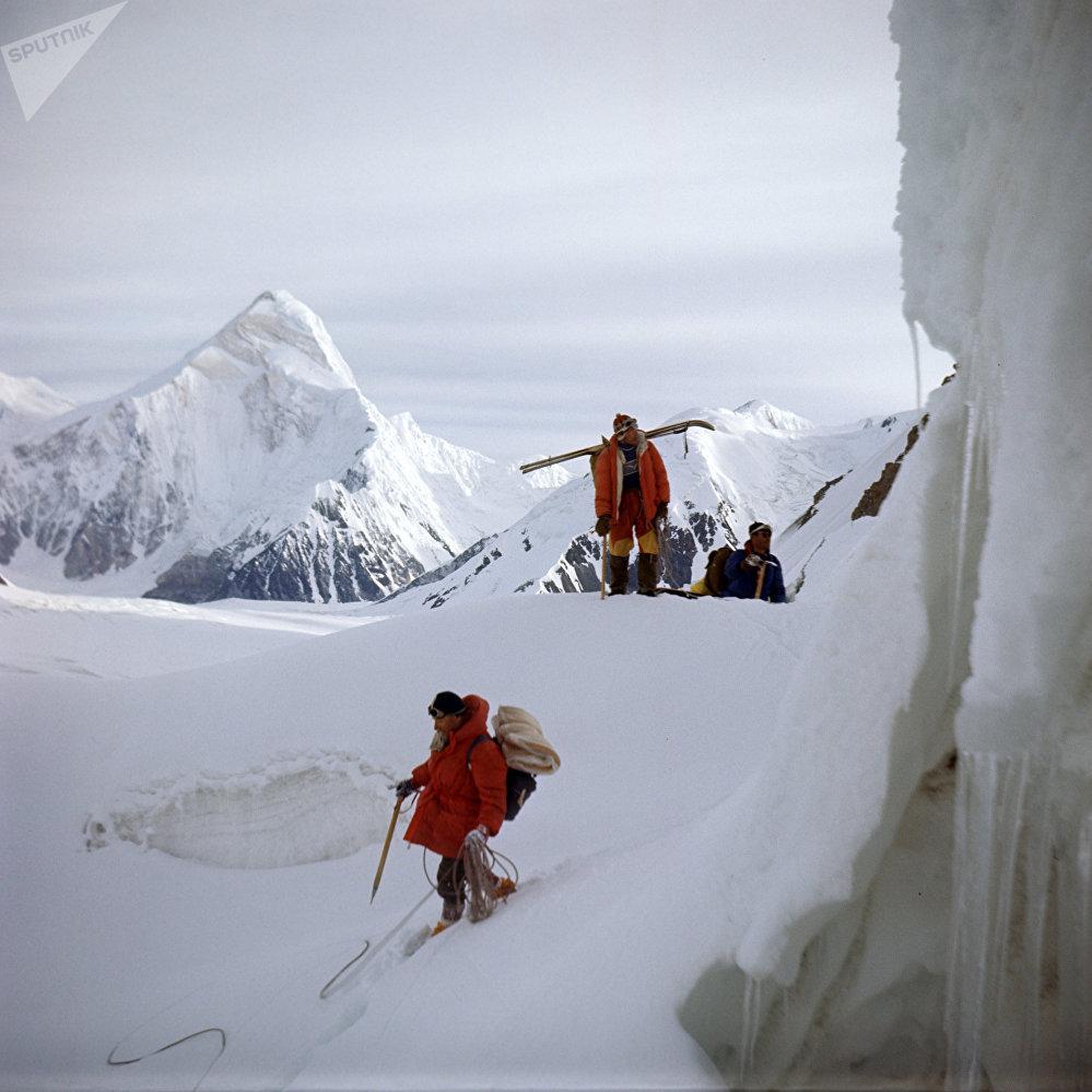 Эңилчек мөңгүсүн багынткан альпинисттер