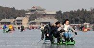 Чанаа ойноп жаткан Пекин шарынын тургундары. Архив
