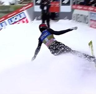 Казахстанский лыжник врезался в ограждение после прыжка — видео