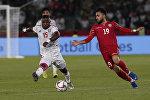 Полузащитник ОАЭ Исмаил Аль Хамади и полузащитник Бахрейна Камиль Аль Асвад во время группового этапа Кубка Азии по футболу. ОАЭ, 5 января год