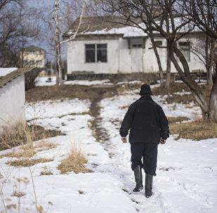 Мужчина идет по сельской местности. Архивное фото