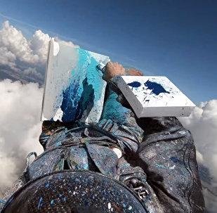 Поразительно! Девушки рисует картины, спрыгивая с парашютом — видео
