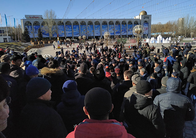 На площади Ала-Тоо в Бишкеке проходит митинг