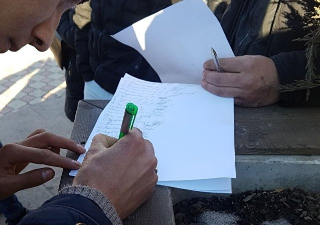 Собирание подписей во время митинга на площади Ала-Тоо в Бишкеке