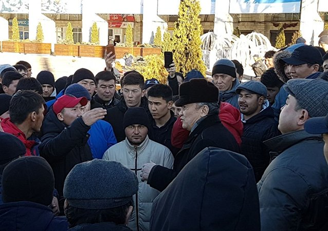 Митингующие на площади Ала-Тоо в Бишкеке