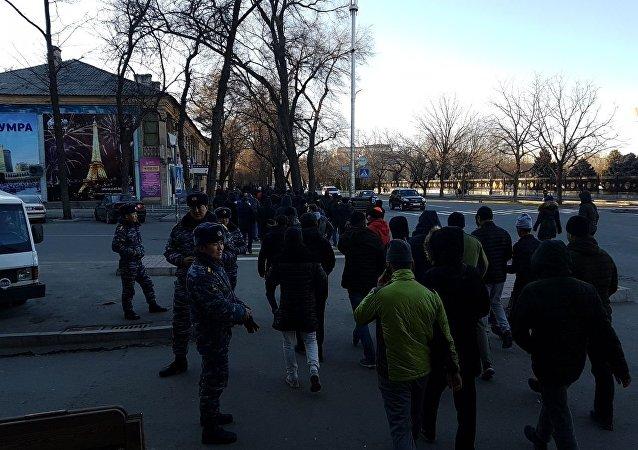 Митингующие на площади Ала-Тоо идут в сторону КТРК в Бишкеке