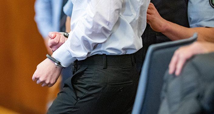 Мужчина в наручниках. Архивное фото