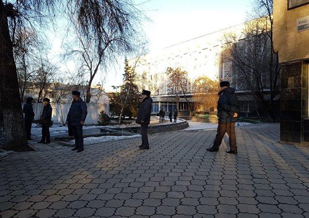 Митингующие у здания КТРК в Бишкеке