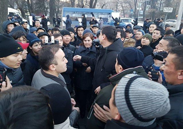 Генеральный директор Общественной телерадиовещательной корпорации (КТРК) Илим Карыпбеков вышел к митингующим у здания КТРК в Бишкеке