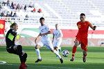 Защитник Китая Ю Дабао забивает второй гол своей команды во время футбольного матча между сборными командами Китая и Кыргызстана на стадионе Халифа бен Заид в Аль-Айне. ОАЭ
