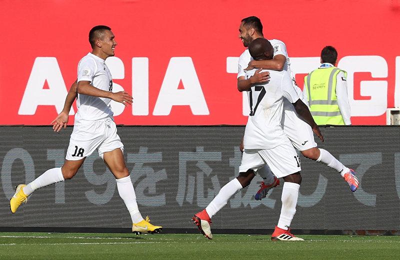 Игроки Кыргызстана празднуют забитый гол во время футбольного матча АФК 2019 по футболу между Кыргызстаном и Китаем на стадионе Халифа бен Заида в Аль-Айне. 7 января 2019 года