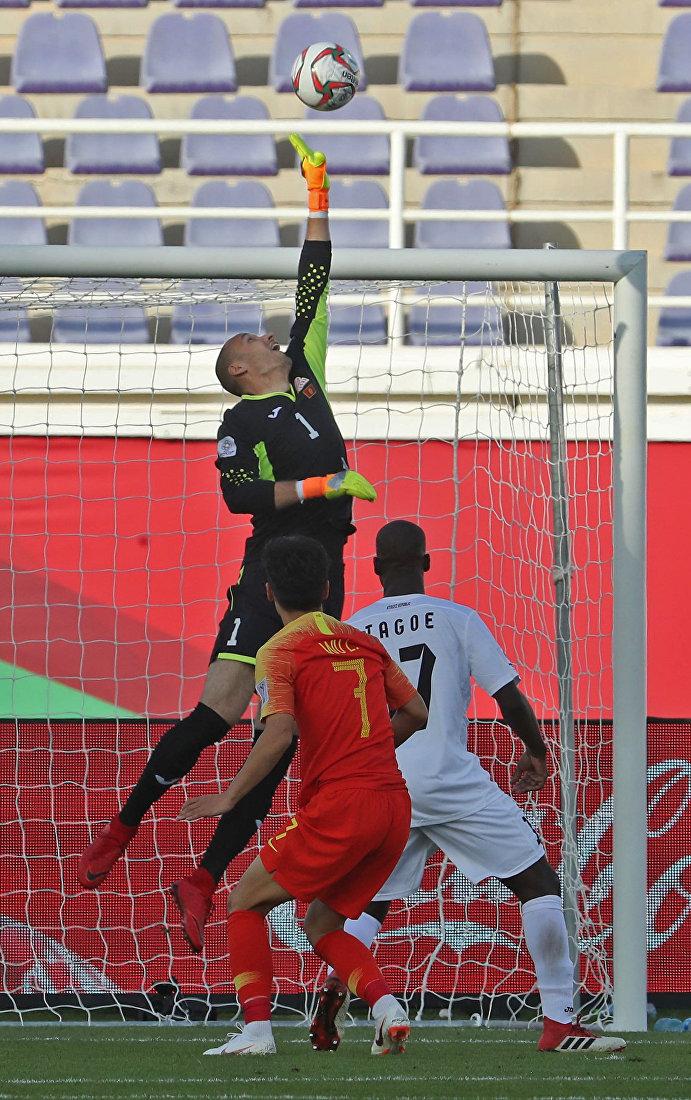 Вратарь Кыргызстана Павел Матяш прыгает, чтобы выбить мяч после удара полузащитника Китая Ву Лея во время футбольного матча Азиатского кубка АФК 2019 между Кыргызстаном и Китаем на стадионе Халифа бен Заида в Аль-Айне 7 января 2019 года.