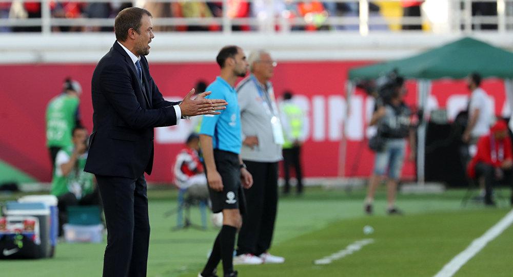 Тренер Кыргызстана Александр Крестинин жестами во время футбольного матча АФК 2019 между сборными командами Кыргызстана и Китая на стадионе имени Халифы бен Заида в Аль-Айне 7 января 2019 года.