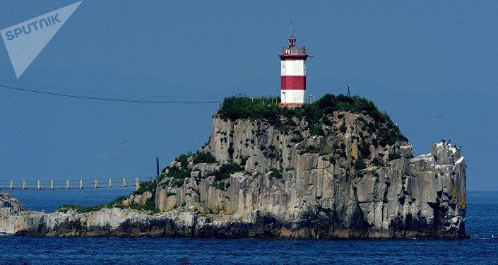 Маяк на островке. Архивное фото