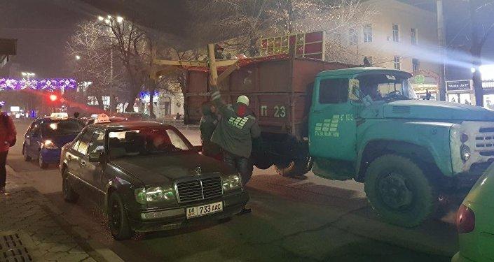 Бишкек мэриясы калаадагы базарлар менен көчөлөрдө рейд өткөрүп, аймактарды иретке келтирүүдө
