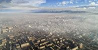 Вид на смог над городом Бишкек с высоты