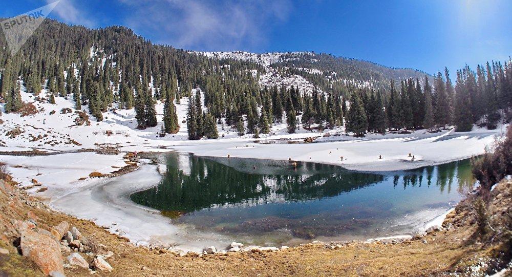 Озеро Сут-Булак в Кыргызстане. Архивное фото