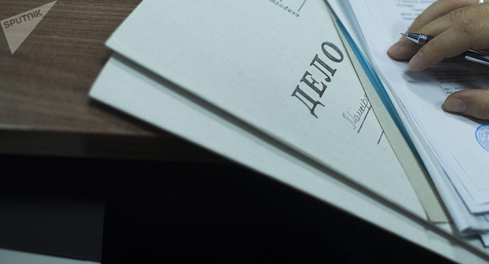 Папка с надписью Дело на столе. Архивное фото