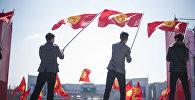 Молодые люди держат флаг Кыргызстана. Архивное фото