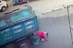 Мусоровоз сбил женщину, сдавая назад, — она чудом выжила. Видео