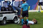 Травмированный футболист ждал помощи врачей, но получил обратное. Видео