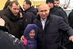 Путин бышактаган кызды кучактап, сооротуп, сүрөткө түшкөн видео