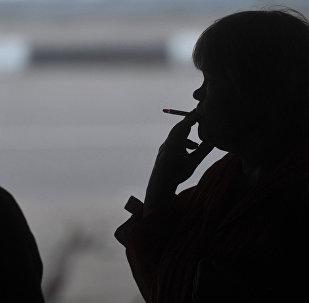 Люди курят на улице. Архивное фото