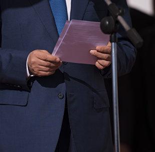 Мужчина в костюме во время выступления