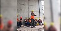 Строитель из Китая удивил сети невероятным танцем — видео